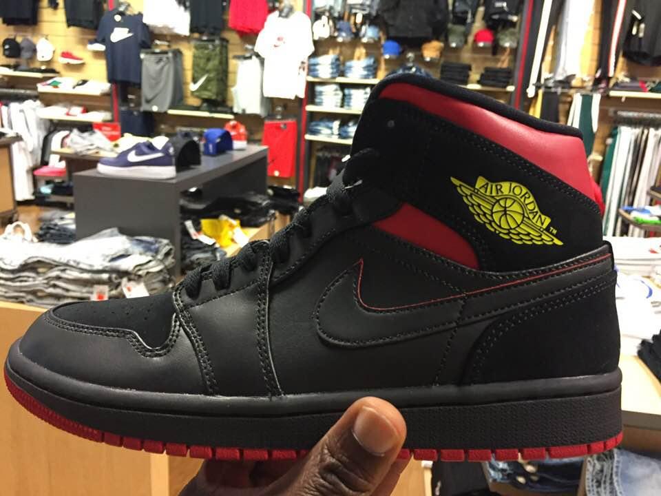 brand new 11ed0 488d7 Quick Look At The Air Jordan 1 Mid Last Shot 554724 076